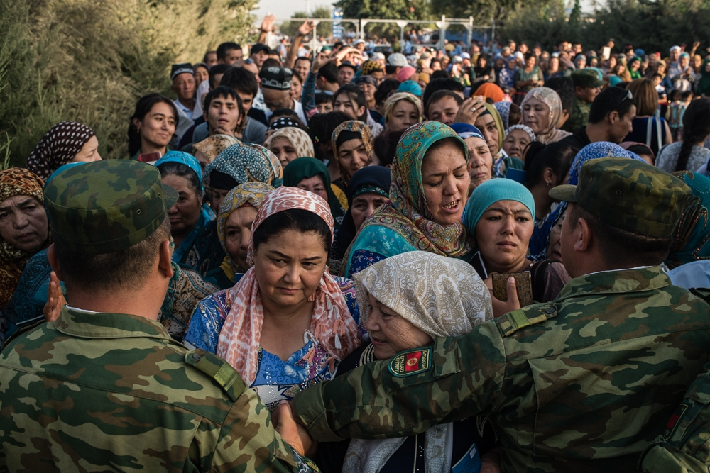 Thousands on both sides anxiously waited for the chance to cross the border. (Photo: Danil Usmanov)