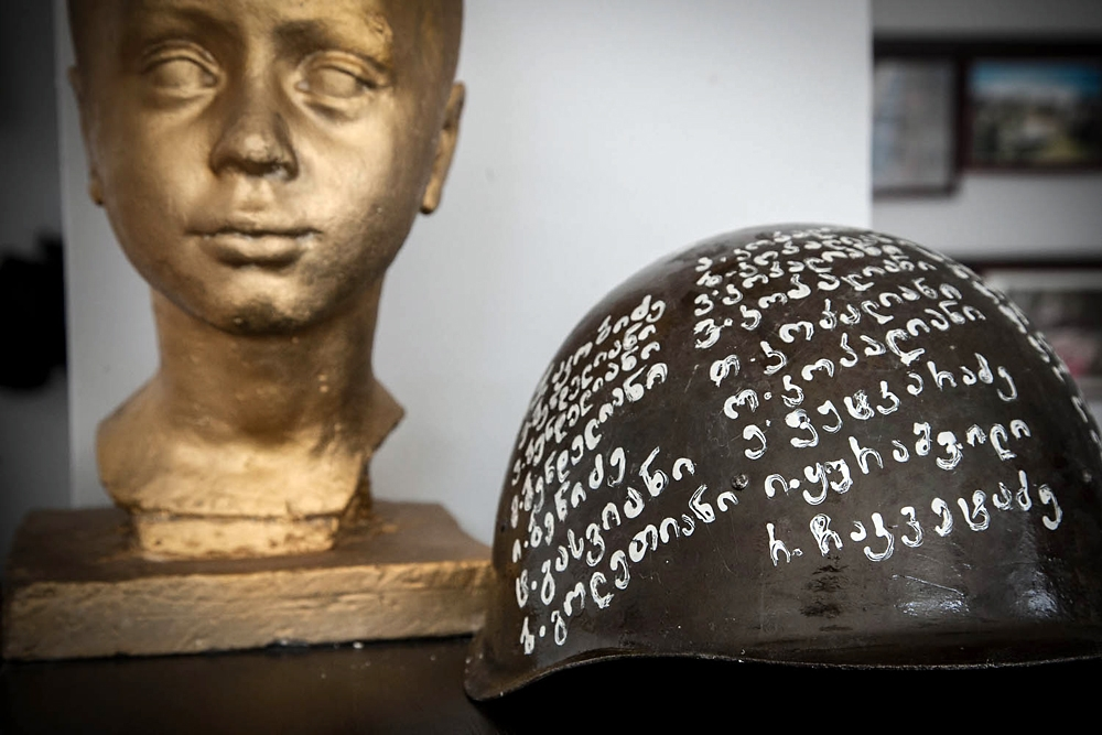 A helmet with names written in Georgian is on display at the museum by the Vashlijvari Fraternal Cemetery.