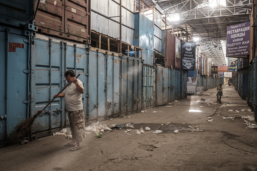 Dozens of cleaners begin around 3:00 p.m. in the less busy smaller side alleys, finishing the main alleys at 11:00 p.m.