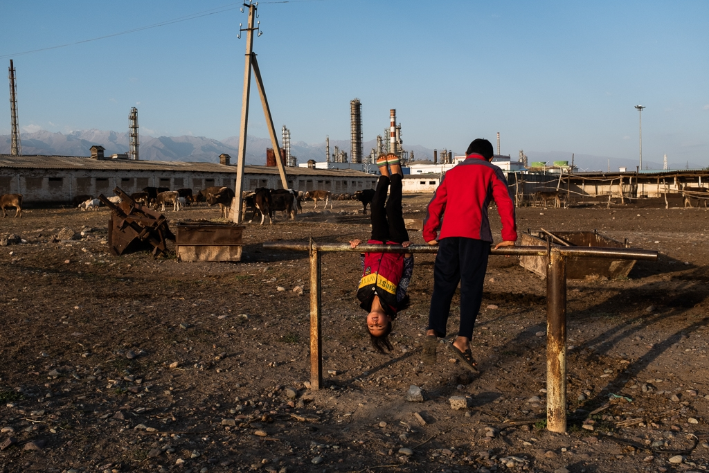 children outside refinery